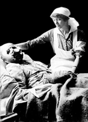 Sygeplejerske hos hårdt såret patient