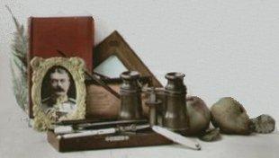 Skrivebords opstilling med billed af Kitchener