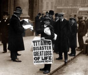 Avisdreng med Titanic forlis avis