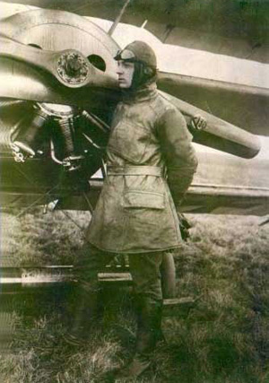 Erich Löwenhardt foran en flyvemaskine