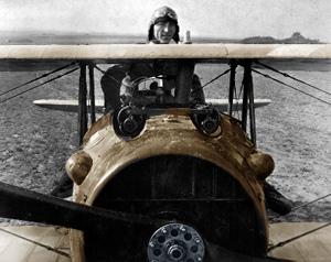 Eddie Rickenbacker stående i et fly