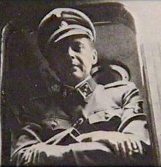 Mengele, hvor han bærer kasket med dødningehoved