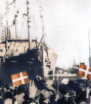 glade danskere foran skib