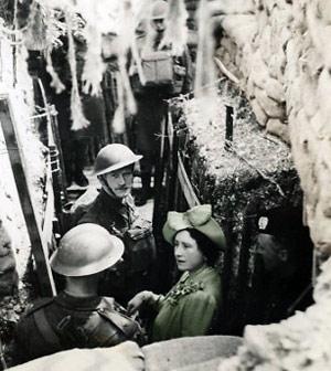 Elizabeth sammen med soldater