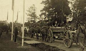 Gustav V ser tropper marchere forbi
