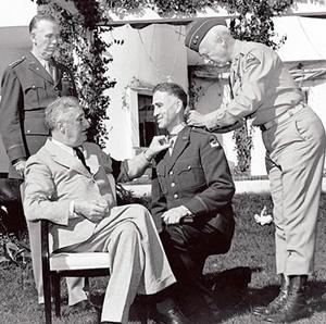 Præsidente, Marshall og Patton overrækker en udmærkelse