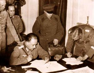 Aftalen om Polens deling mellem Tyskland og Sovjetunionen underskrives