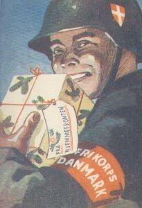 soldat fra Frikorps Danmark med en pakke fra hjemmefronten