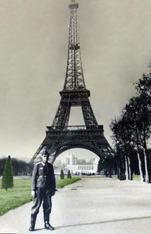 Tysk soldat med Eiffeltårnet i baggrunden
