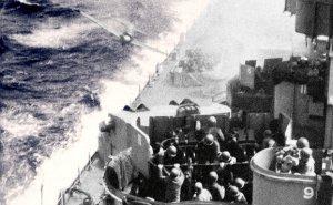 Det amerikanske skib Missouri bliver ramt af et japansk kamikaze fly