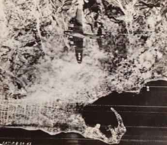 Luftbillede af Messina og en amerikansk B-17 maskine