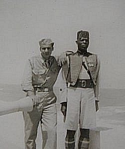 Amerikansk soldat sammen med koloni soldat