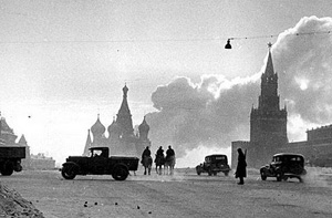 En forsvarslinje i Moskva med Kreml i baggrunden