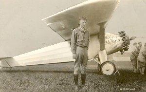 Charles Lindbergh foran hans fly Spirit of St. louis