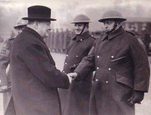 Winston Churchill hilser på engelske soldater