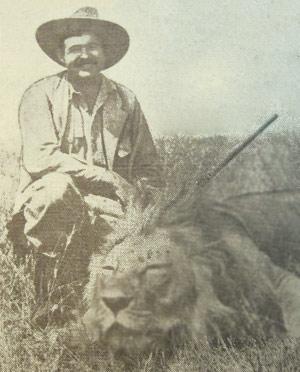 Hemingway med skudt løve