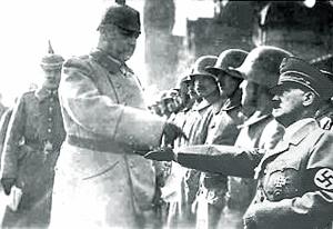 Hindenburg til parade - billede af Hitler sat ind i forgrunden