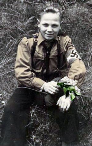 Hitler Jugend dreng med blomster til mor