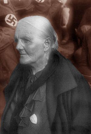 Ældre kvinde foran nazimærker