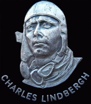 et udsnit af en mønt som viser torsoen af Charles Lindbergh